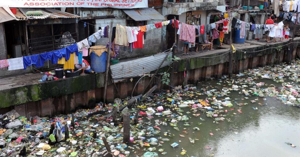 13.jan.2013 - Mais de 100 famílias moram na margens de rios na cidade de Manila, capital das Filipinas. O governo do país pretende remover essas famílias para evitar mortes com enchentes