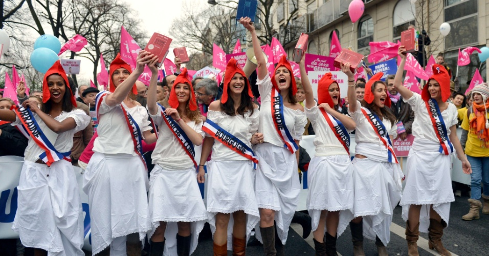 13.jan.2013 - Milhares de franceses saíram às ruas de Paris para protestar contra projeto do governo que pretende liberar o casamento gay