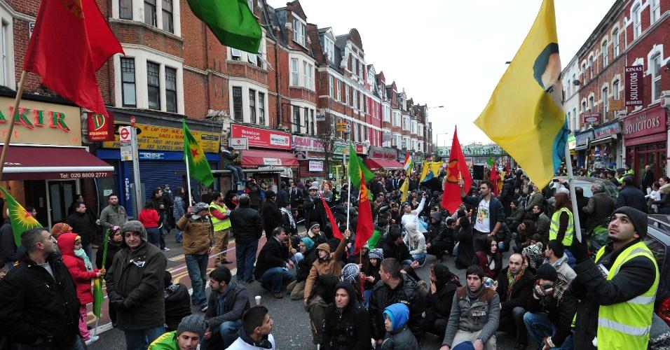 13.jan.2013 - Moradores curdos de Londres realizam protesto na capital inglesa neste domingo (13). Os manifestantes pedem justiça após a morte de três ativistas curdos que foram mortos no início da semana passada na França. Os ativistas foram encontrados mortos no Centro de Informações Curdas, em Paris, no último dia 10
