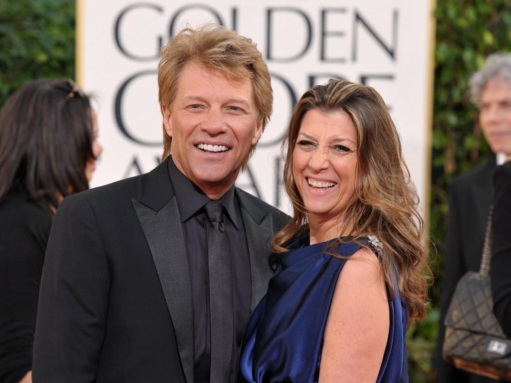 13.jan.2013 - O cantor Jon Bon Jovi chega com sua mulher Dorothea Hurley à 70ª cerimônia de entrega do Globo de Ouro, em Los Angeles