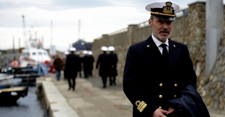 13.jan.2013 - O capitão italiano Gregoria de Falco posa para foto no porto da ilha de Giglio, na Itália, durante cerimônia que marca o primeiro aniversário do naufrágio do Costa Concordia