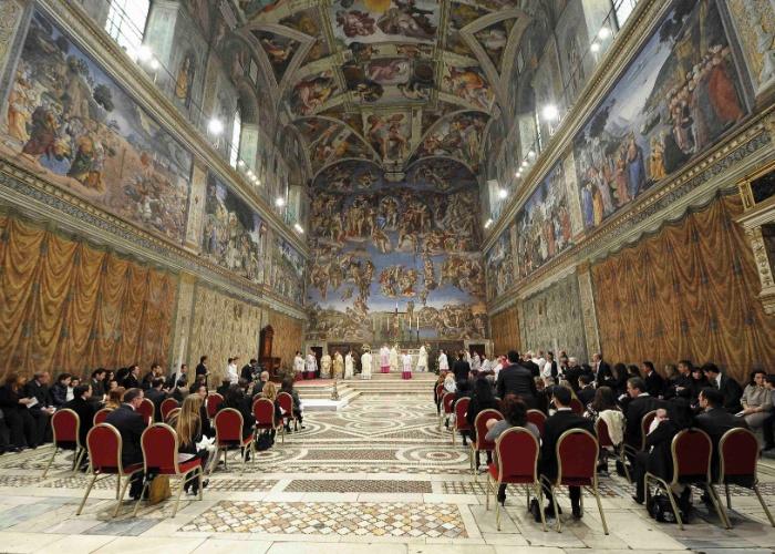 13.jan.2013 - O papa Bento 16 realiza cerimônia de batismo na Capela Sistina, em Roma, neste domingo (13). Mais cedo, o papa foi alvo de manifestantes do grupo feminista Femen, que realizaram protesto no Vaticano