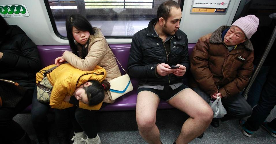 13.jan.2013 - Passageiros de metrô na China observam homem sem as calças; neste domingo, um grupo de chineses comemora o 'dia sem calças'