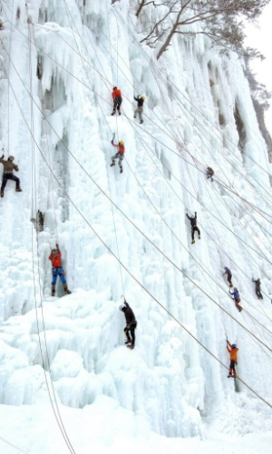 13.jan.2013 - Pessoas escalam parede de gelo criada artificialmente em Wonju, na província de Gangwon (Coreia do Sul). Uma recente frente fria que chegou à região tem melhorado a qualidade do gelo