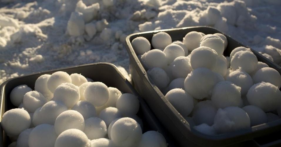 13.jan.2013 - Pilhas de bolas de neve são armazenadas antes de uma tentativa oficial de quebrar o recorde mundial de maior luta com bolas de neve em Seattle (EUA)