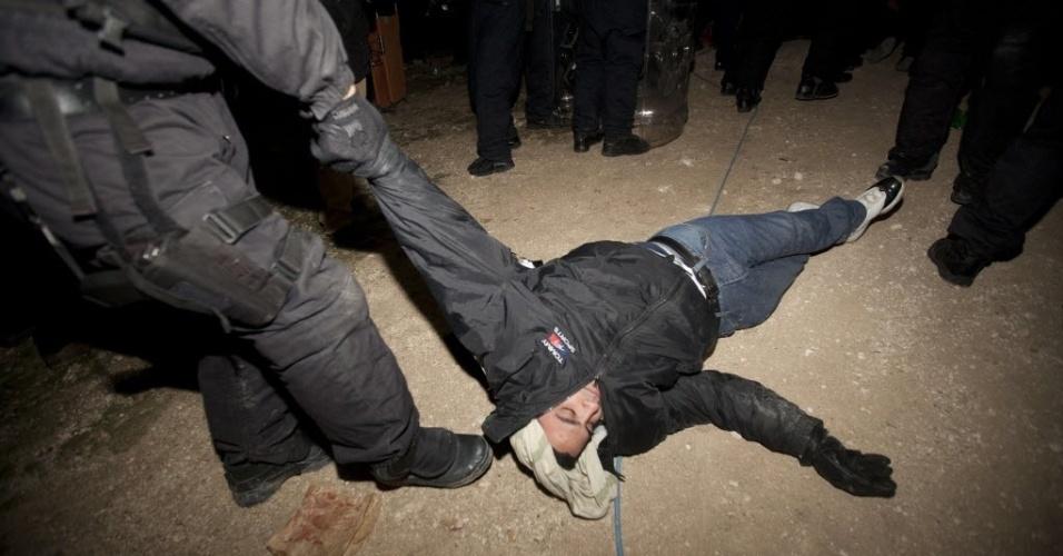 13.jan.2013 - Policiais expulsam manifestante de área controversa da Cisjordânia conhecida como E1, localizada entre a região oriental de Jerusalém anexada por Israel e o assentamento de Maaleh Adumim. Está prevista a instalação de um assentamento judaico na área