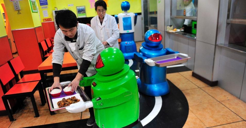 13.jan.2013 - Um restaurante na cidade de Harbin, no norte da China, abriu suas portas com inusitados - e inovadores - garçons e cozinheiros: 20 robôs de diferentes aparências, mais de dez tipos de expressões faciais e a capacidade de receber os clientes com variadas frases de boas-vindas