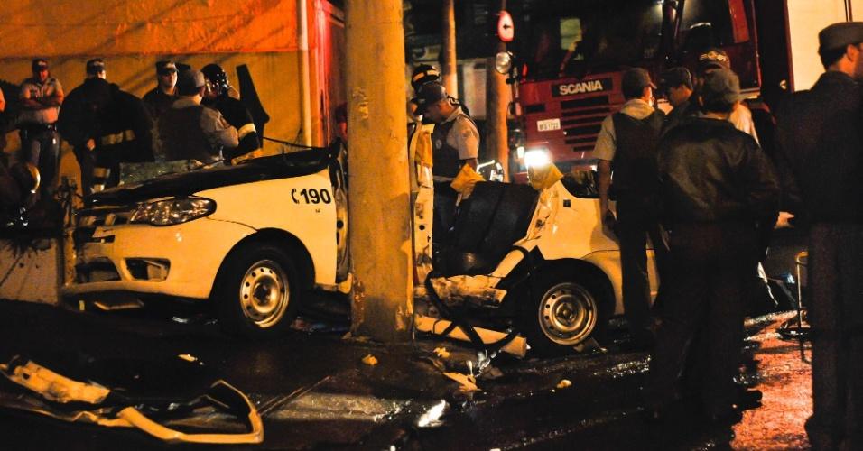 13.jan.2013 - Uma viatura policial 'entrou ' dentro de um poste na madrugada deste domingo (13), na zona leste de São Paulo. Três policiais que estavam no veículo foram restagados e levados para um hospital da região. Eles perseguiam um outro veículo no momento do acidente