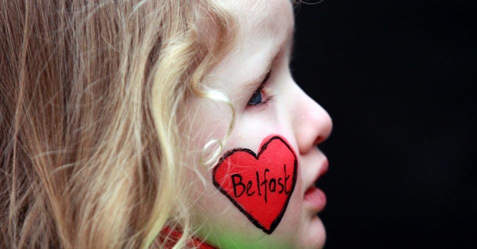 31.jan.2013 - Menina de quatro anos participa de manifestação pela paz na cidade de Belfast, na Irlanda