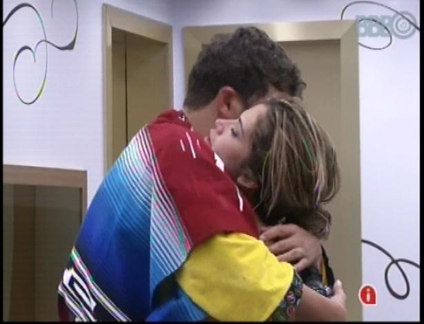 Aslan abraça Fani no quarto do líder