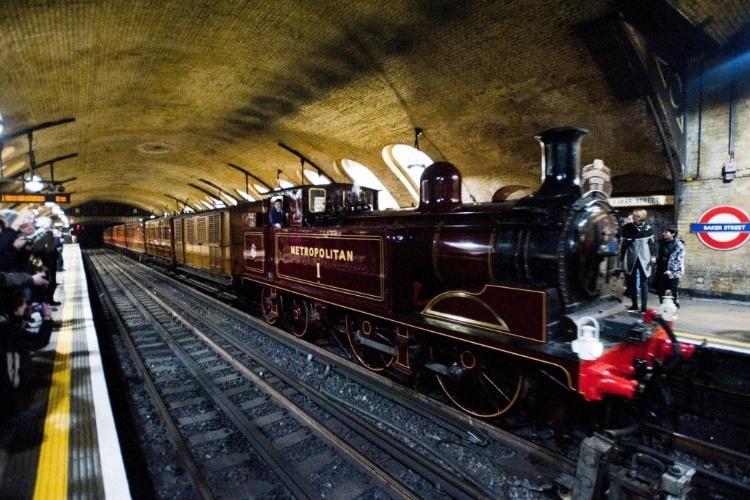 """Подробности.  В лондонском метро запущен старинный паровой состав от станции  """"Кенсингтон олимпия """" до  """"Мургейт """"."""