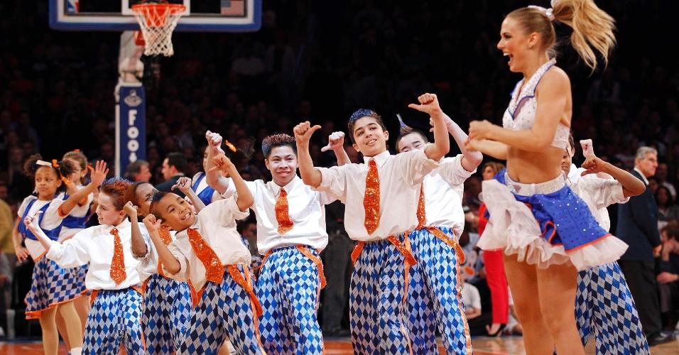 13.jan.2013 - Cheerleaders e jovens dançarinos do New York Knicks fazem apresentação durante a vitória sobre o New Orleans Hornets
