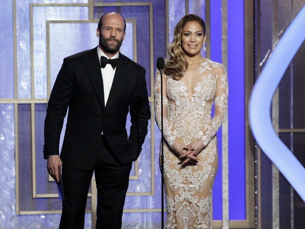 13.jan.2013 - O ator Jason Statham e a cantora Jennifer Lopez o prmio da melhor trilha sonora para Mychael Danna por seu trabalho em 