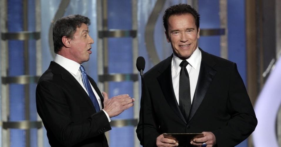 13.jan.2013 - Os atores Sylvester Stallone e Arnold Schwarzenegger apresentaram o prêmio de melhor filme estrangeiro, vencido por