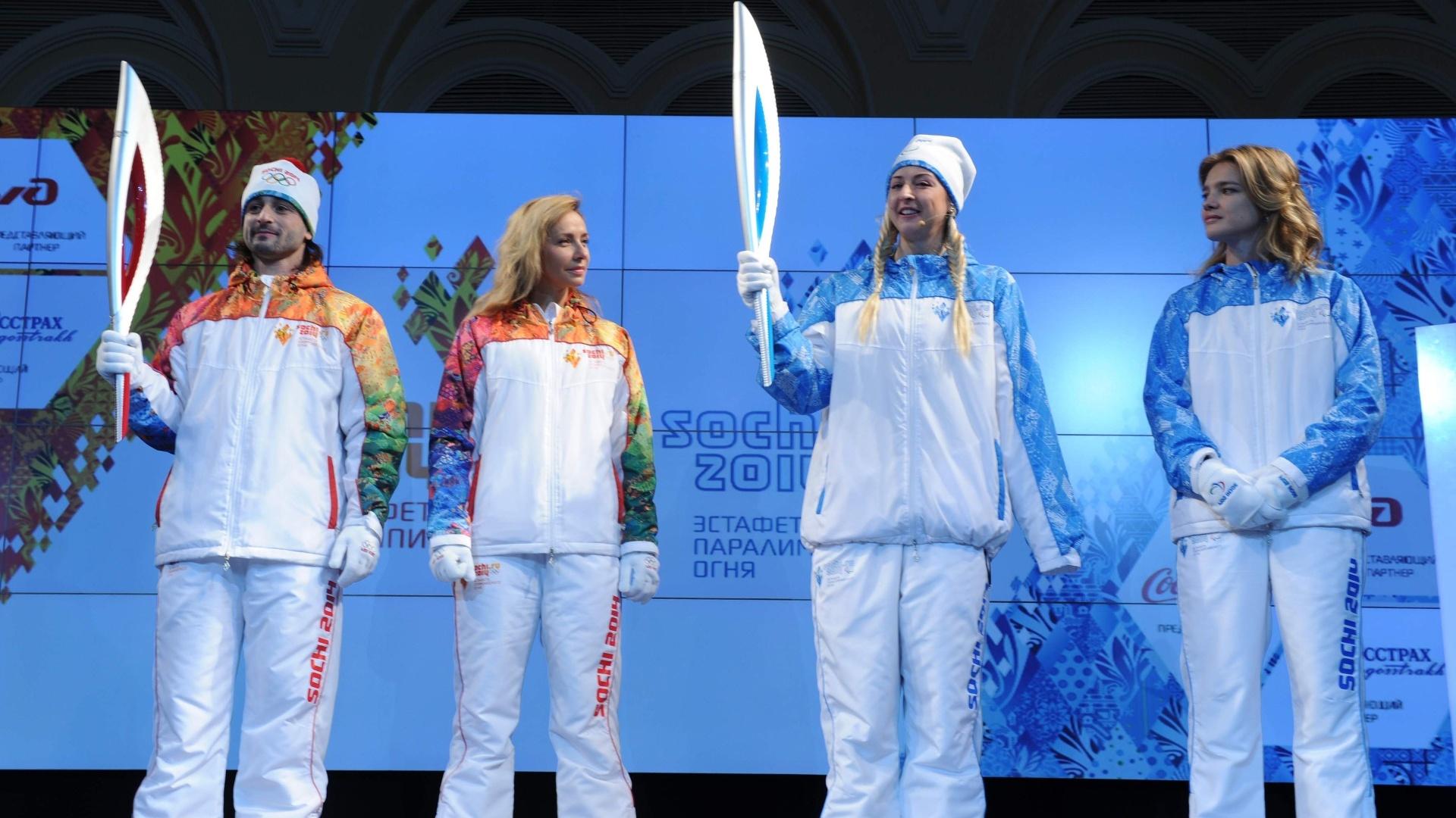 14.jan.2013 - Embaixadores dos Jogos Olímpicos e Paraolímpicos de Inverno mostram as tochas que serão utilizadas no revezamento de Sochi-2014. O evento desta segunda-feira também apresentou os uniformes que serão usados pelas personalidades que carregarão as tochas