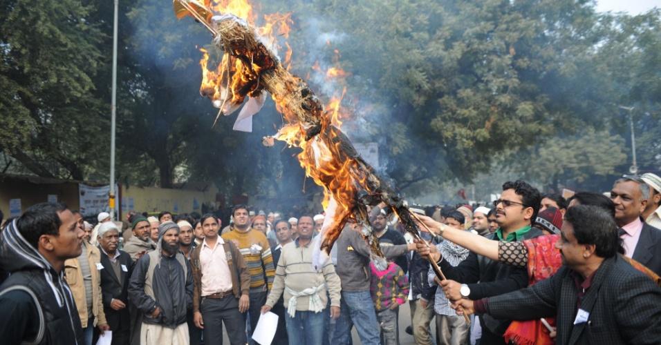 14.jan.2013 - Ativistas indianos queimam uma efígie durante um protesto contra o estupro e assassinato de uma estudante em Nova Déli, Índia. Cinco homens apareceram no tribunal pela terceira vez nesta segunda-feira (14), para enfrentar as acusações sobre o assassinato e estupro em gangue de um estudante de 23 anos de idade