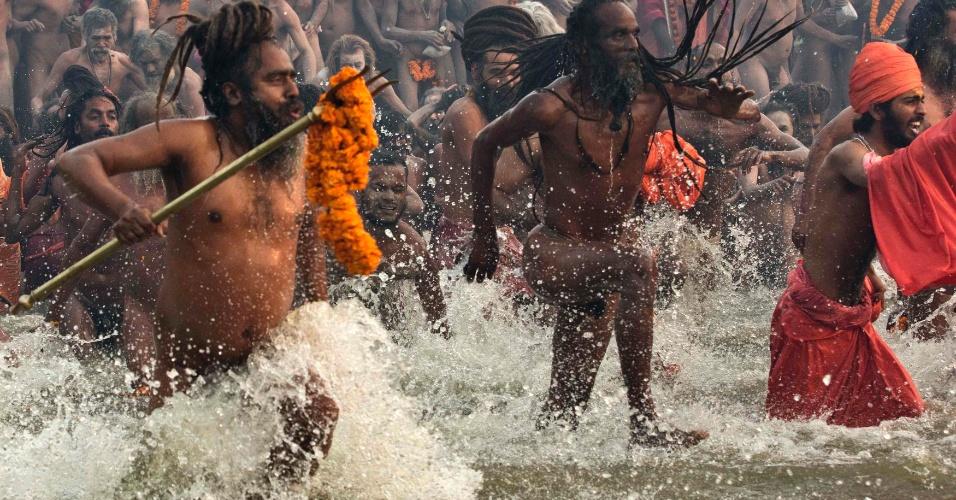 14.jan.2013 - Devotos entram para um mergulho sagrado ('Shahi Snan') na confluência do Rios Ganges, Yamuna e Saraswati no primeiro dia do festival Kumbh Mela, em Allahabad, na Índia. Milhões de peregrinos hindus são esperados para participar da grande congregação religiosa de um período de mais de um mês nas margens do rio Sangam