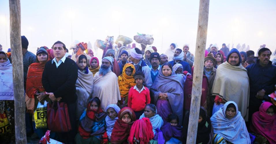 14.jan.2013 -  Devotos indianos se reúnem próximos à confluência dos rios Ganges, Yamuna e Saraswati no primeiro dia do festival Kumbh Mela, em Allahabad, na Índia. Milhões de peregrinos hindus são esperados para participar da grande congregação religiosa de um período de mais de um mês nas margens do rio Sangam