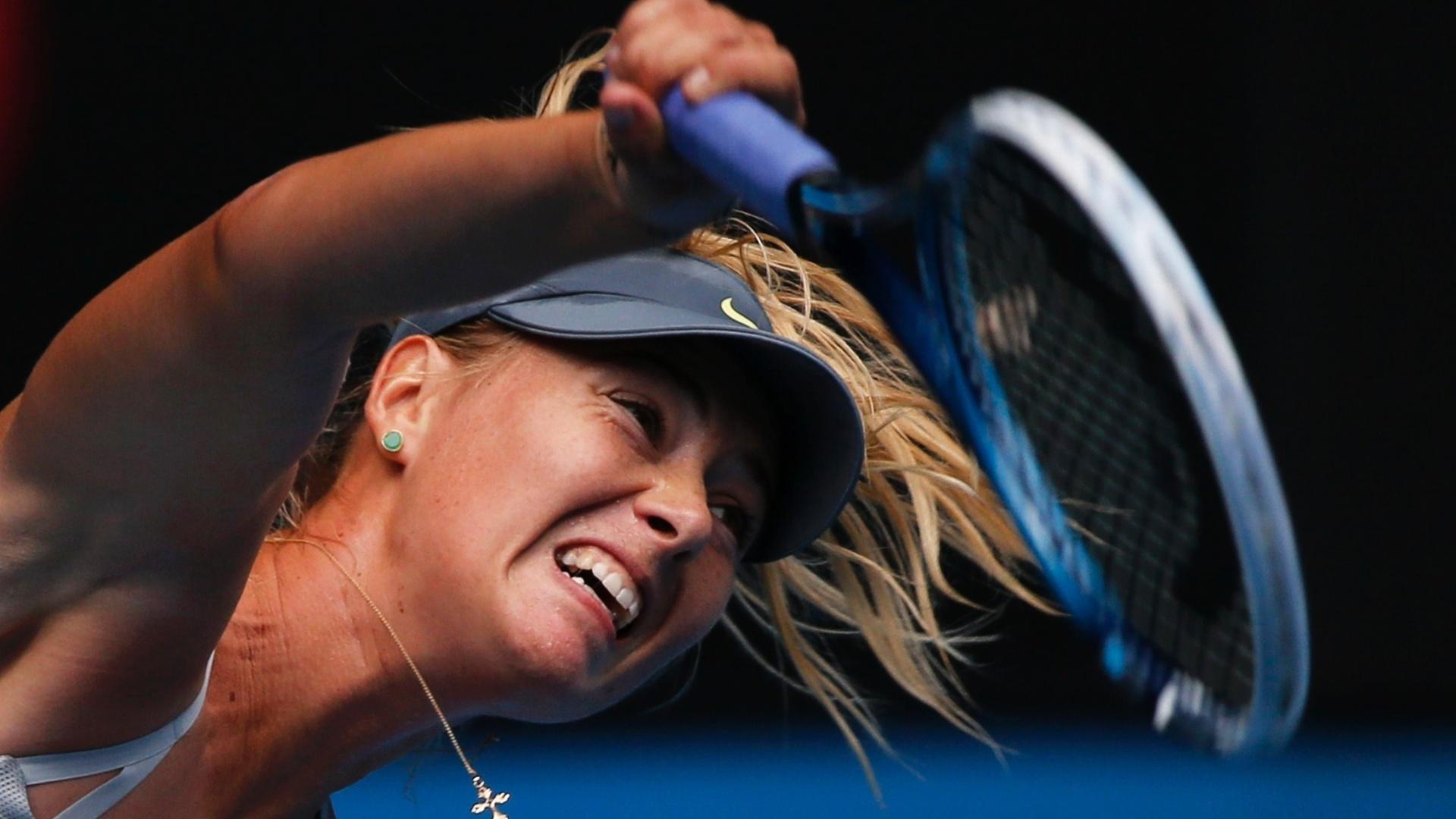 14.jan.2013 - Em sua estreia no Aberto da Austrália, Maria Sharapova aplicou uma 'bicicleta' diante de Olga Puchkova
