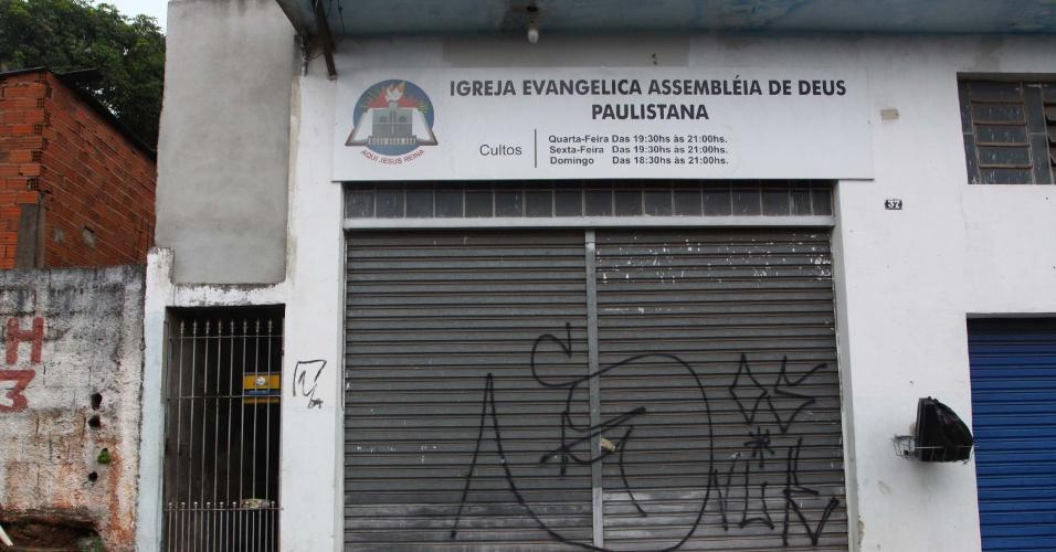 14.jan.2013 - Homens armados atiraram contra duas pessoas em frente a uma igreja evangélica, na cidade de Itapevi, região metropolitana de  São Paulo. Uma pessoa morreu e outra ficou ferida