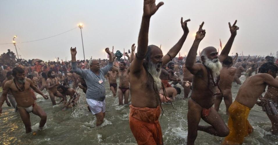 14.jan.2013 - Homens participam do primeiro 'Shahi Snan' (grande banho) no rio Ganges, durante o festival religisoso 'Kumbh Mela', em Allahabad (Índia), um dos maiores do mundo