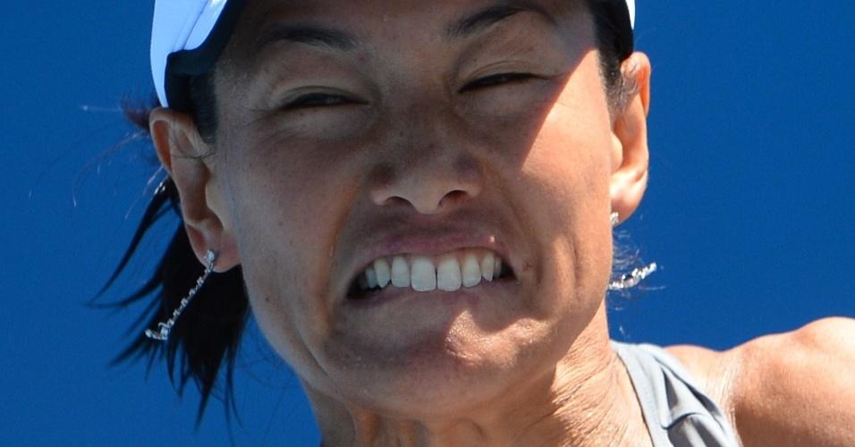 14.jan.2013 - Japonesa Kimiko Date-Krumm faz careta na devolução da bola para a russa Nadia Petrova