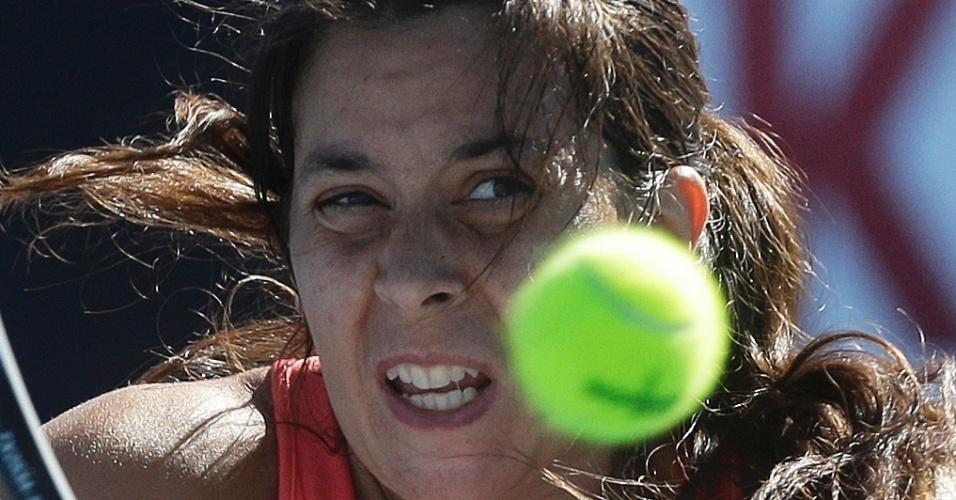 14.jan.2013 - Marion Bartoli se esforça para rebater na vitória sobre Anabel Medina Garrigues pelo Aberto da Austrália