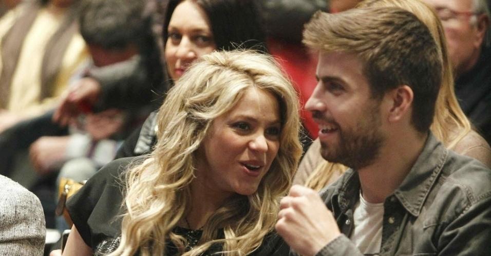 14.jan.2013 - Shakira exibe a barriga de oito meses junto do namorado, o jogador Gerard Piqué, em lançamento do livro