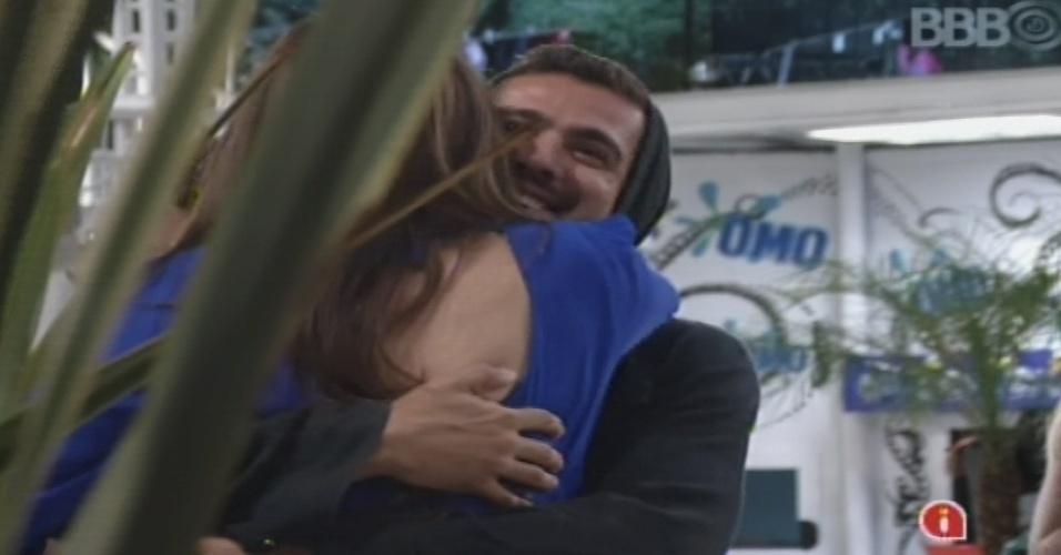 14.jan.2013 - Yuri dá um abraço forte em Kamilla, recém-chegada da casa de vidro