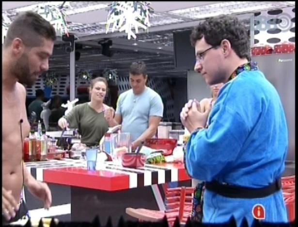 14.jan.2013 - Yuri ensina alguns golpes de luta para o emparedado Ivan na cozinha