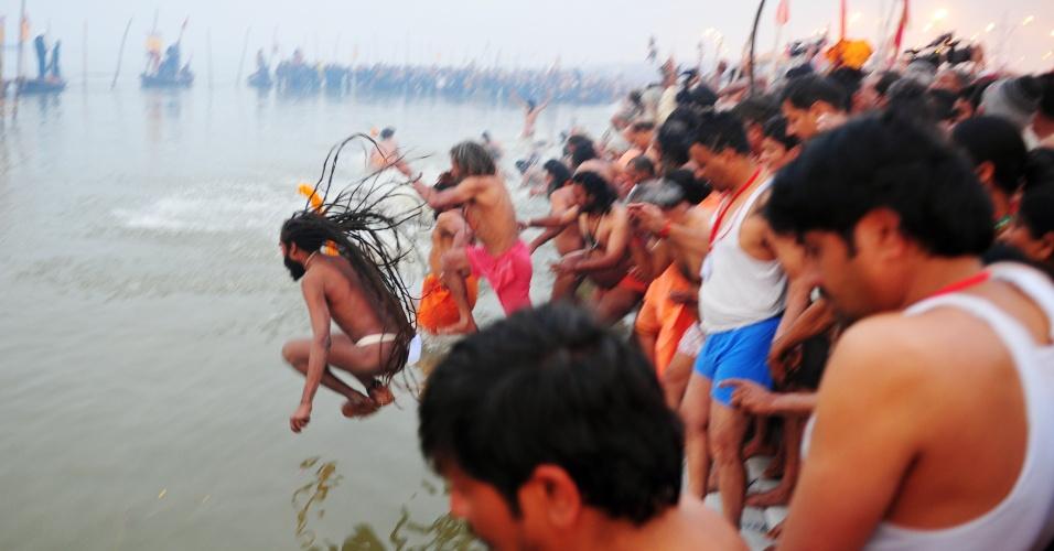 14.jan.2013- Homens participam do primeiro 'Shahi Snan' (grande banho) no rio Ganges, durante o festival religioso Kumbh Mela, em Allahabad, no norte da Índia. O festival tem sua origem na mitologia hindu, segundo a qual algumas gotas de néctar da imortalidade caíram nas quatro cidades que acolhem a festa: Allahabad,Nasik, Ujjain e Haridwar