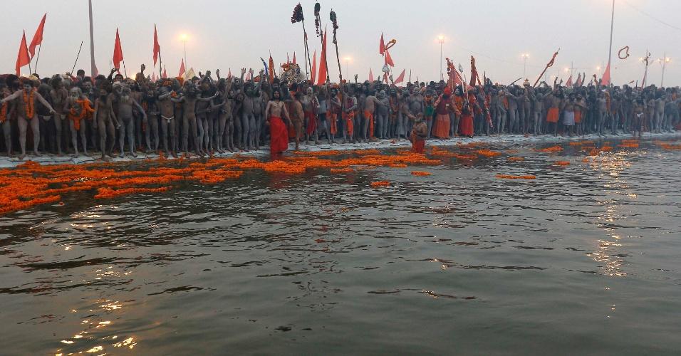 14.jan.2013- Homens se preparam para o primeiro 'Shahi Snan' (grande banho), no início do festival religioso Kumbh Mela, no rio Ganges, em Allahabad, no norte da Índia. O festival é um dos maiores do mundo e ocorre pelos próximos 55 dias