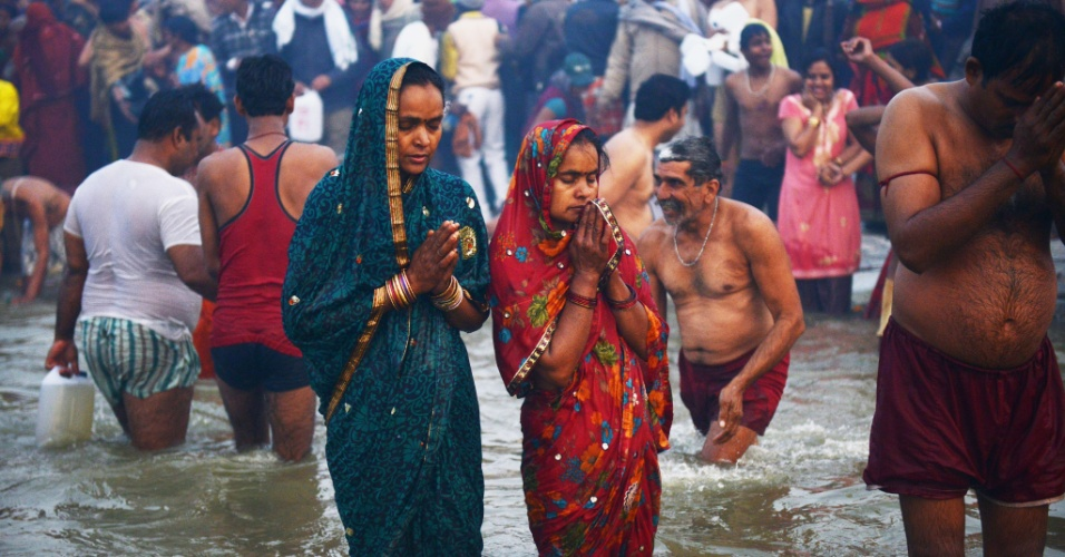 14.jan.2013- Mulheres participam do primeiro 'Shahi Snan' (grande banho) no rio Ganges, durante o festival religioso Kumbh Mela, em Allahabad, no norte da Índia. O festival tem sua origem na mitologia hindu, segundo a qual algumas gotas de néctar da imortalidade caíram nas quatro cidades que acolhem a festa: Allahabad,Nasik, Ujjain e Haridwar