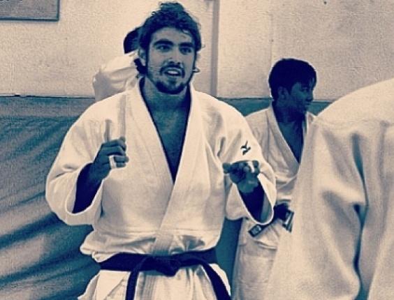 14.jan.2013 O ator Caio Castro postou em seu Twitter uma foto em que aparece praticando judô. Ele está praticando a luta para viver um judoca no cinema