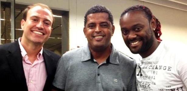 Love embarca com o empresário Evandro Ferreira (c) e o advogado Diogo Souza (e)