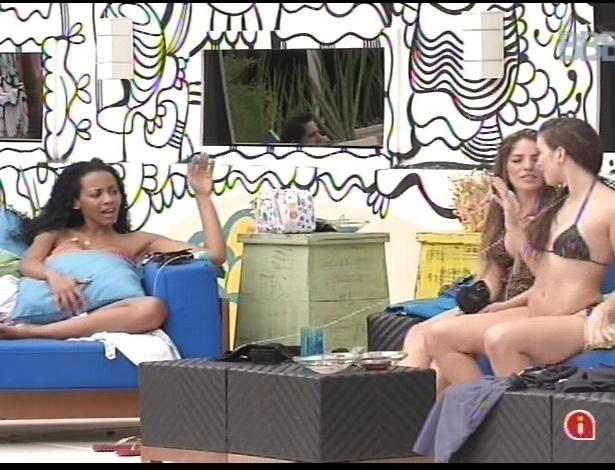 15.jan.2013 - Aline, Anamara e Kamilla conversam e pedem para a nova sister cantar