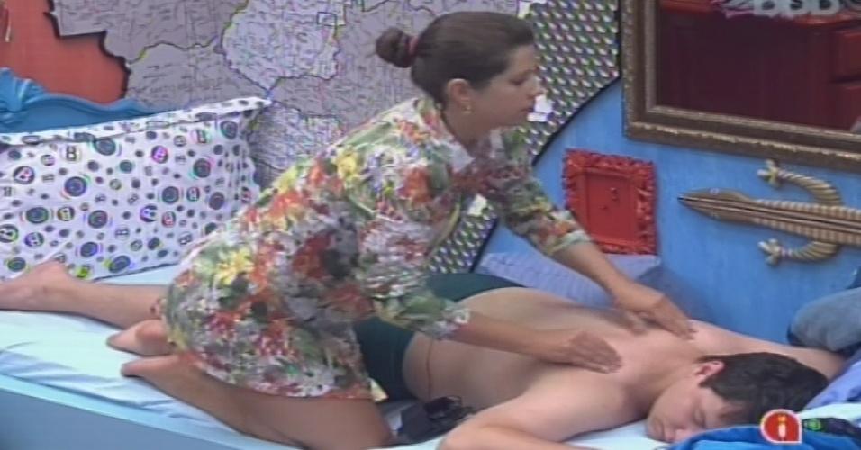 15.jan.2013 - Andressa faz massagem em Ivan no quarto Brechó