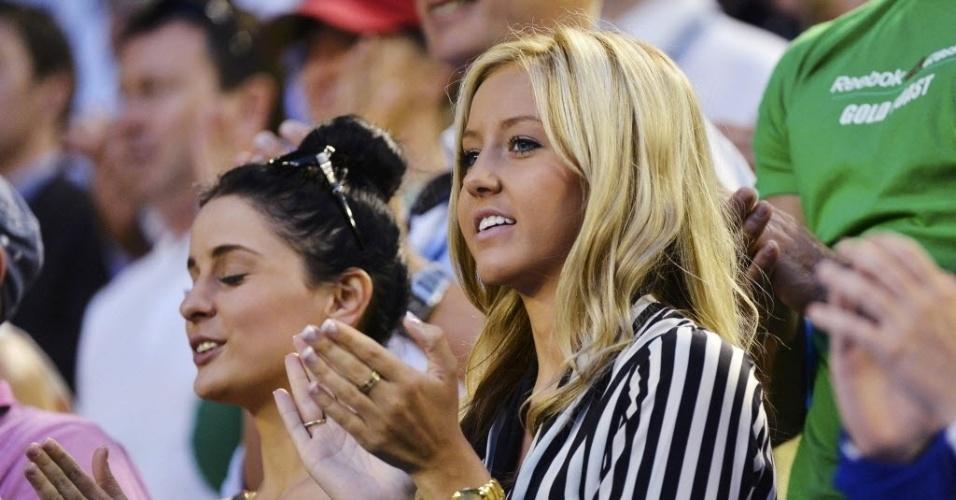 15.jan.2013 - Chelsey Grbcic, namorada de Bernard Tomic, aplaude jogada do atleta na estreia dele no Aberto da Austrália