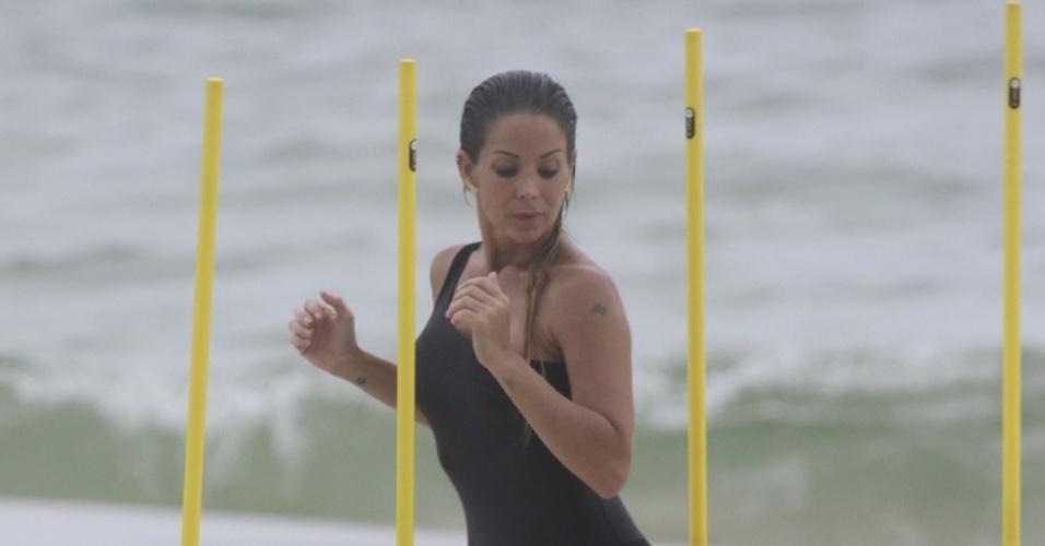 15.jan.2013 - Danielle Winits se exercitou na praia na Barra da Tijuca, zona oeste do Rio. Aos 39 anos, a atriz de