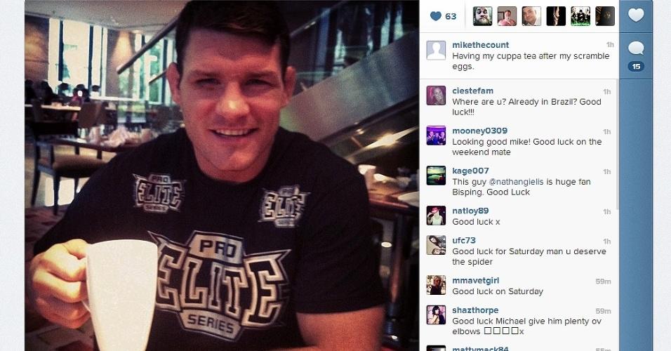 15.jan.2013 - De olho roxo (normal para atletas que pegam pesado nos treinos), Michael Bisping toma café da manhã em São Paulo antes de começar os eventos do UFC do próximo dia 19. Inglês também comemorou dia chuvoso na cidade.