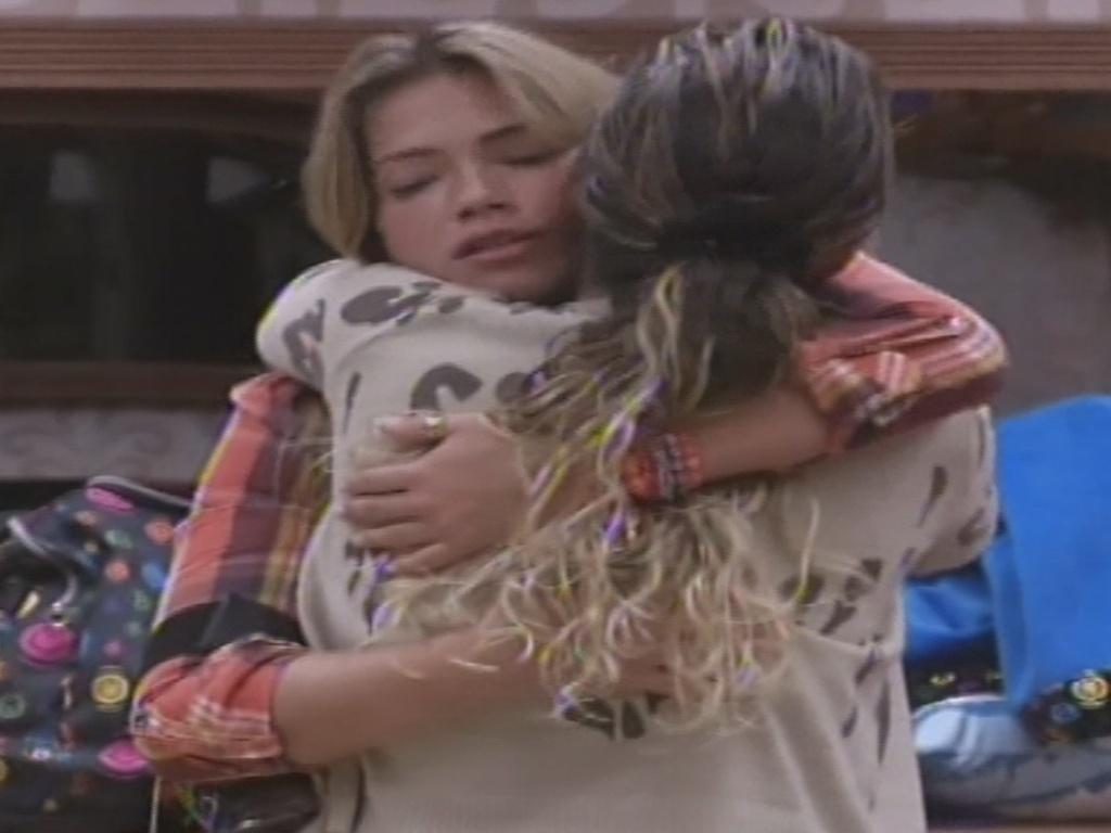 15.jan.2013 - Fani abraça Anamara após pedido de desculpas