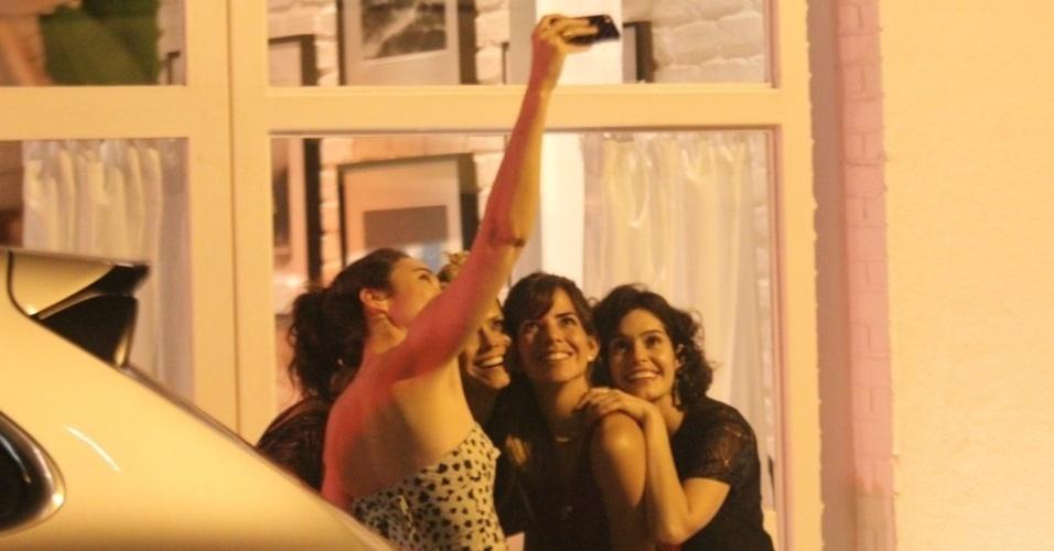 15.jan.2013 - Mariana Ximenes, Aline Moraes, Maya Neiva e Maria Flor jantam em restaurante no Leblon, Rio de Janeiro