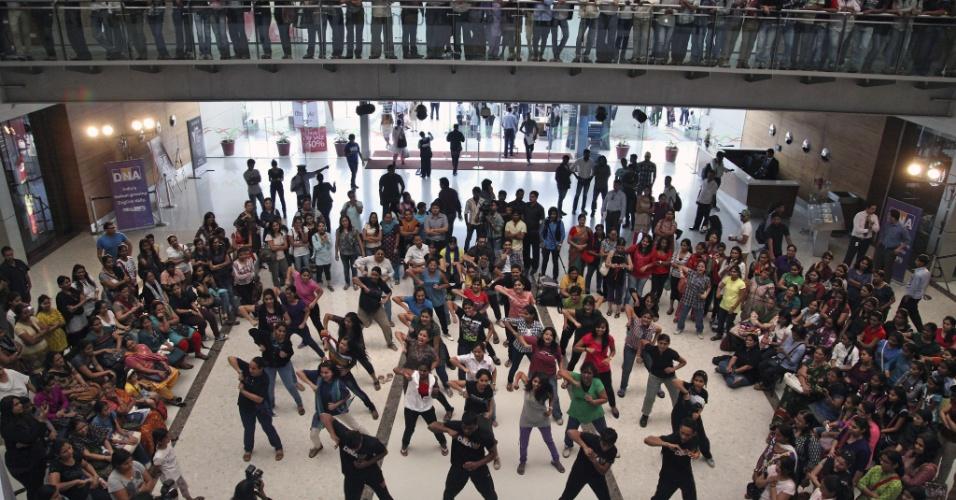 15.jan.2013 - Mulheres observam uma aula demonstrativa de autodefesa em um centro comercial em Mumbai, na Índia. Após a morte de uma estudante de 23 anos, vítima de estupro coletivo em Nova Déli, em dezembro de 2012, muitos colégios estão oferecendo aulas de lutas marciais para as estudantes, para que elas possam se proteger no caso de ataques