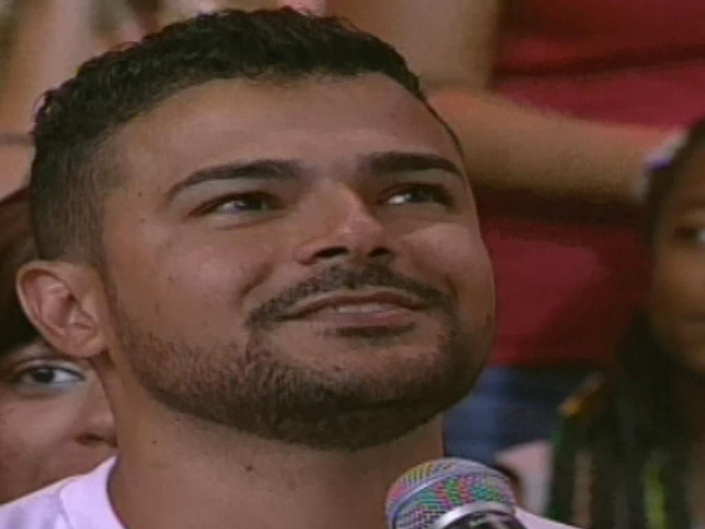 15.jan.2013 - Pedro Bial fala com Jeferson Dias, namorado de Aline, a primeira eliminada do