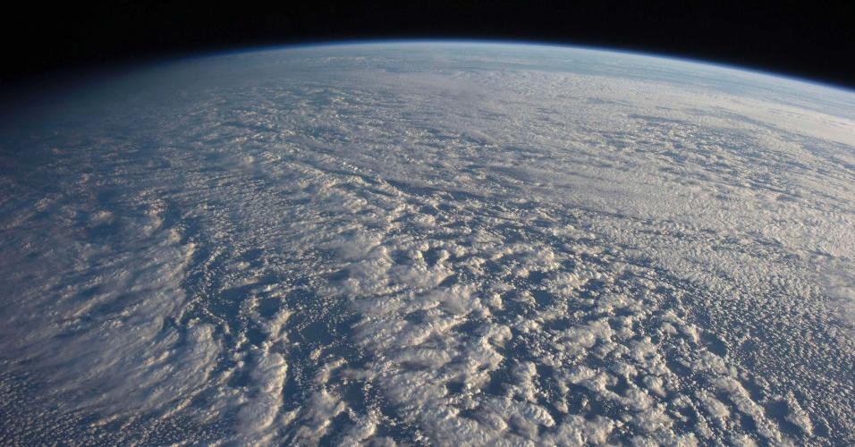 15.jan.2013 - Tripulantes da Estação Espacial Internacional (ISS, na sigla em inglês) fotografaram a Terra coberta por nuvens baixas (stratocumulus). A imagem foi feita em 4 de janeiro sobre área do oceano Pacífico próxima do Japão, mas só foi liberada agora pela Nasa (Agência Espacial Norte-Americana)