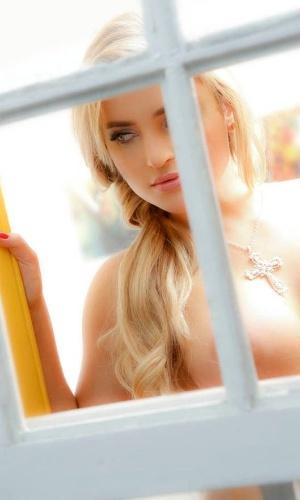 "15.jan.2013 Thaíz Schmitt, a coelhinha da ""Playboy"", posa em ensaio sensual para a revista ""Mensch"""