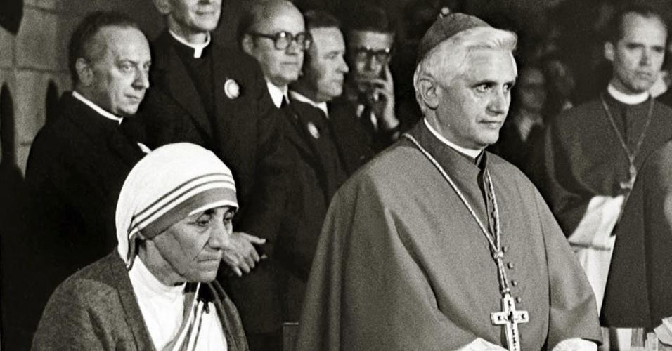 1978 - Ratzinger é fotografado ao lado da Mãe Teresa de Calcutá, em Freiburg, na Alemanha
