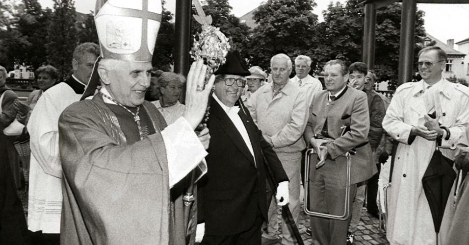 5.jun.1994 - Joseph Ratzinger (à esq.) comemora, em Fulda, na Alemanha, o aniversário do martírio de são Bonifácio
