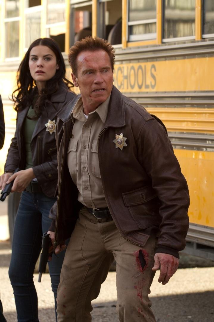 "A policial Christie (Christiana Leucas) e o xerife Ray Owens (Arnold Schwarzenegger) lutam contra o tráfico de drogas no México em cena de ""O Último Desafio"""