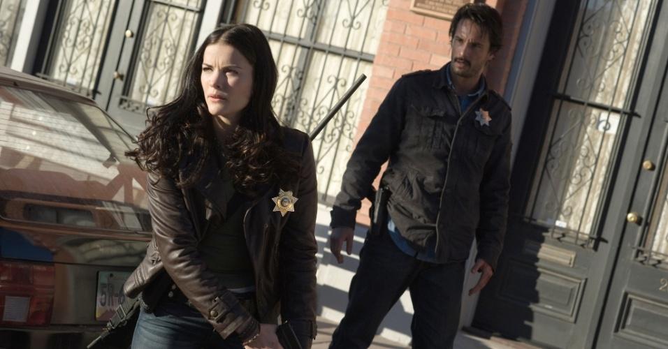 Christiana Leucas interpreta a policial Christie. Na foto, a atriz e o policial Frank Martinez, vivido por Rodrigo Santoro
